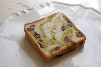 抹茶と大納言のマーブル食パン