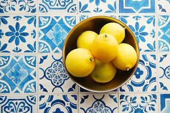 レモンを収穫する