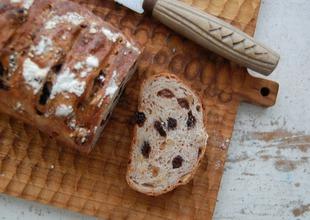 とにかくたっぷりのクルミとレーズンのパン