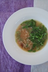 フライドオニオンとレタスのスープ